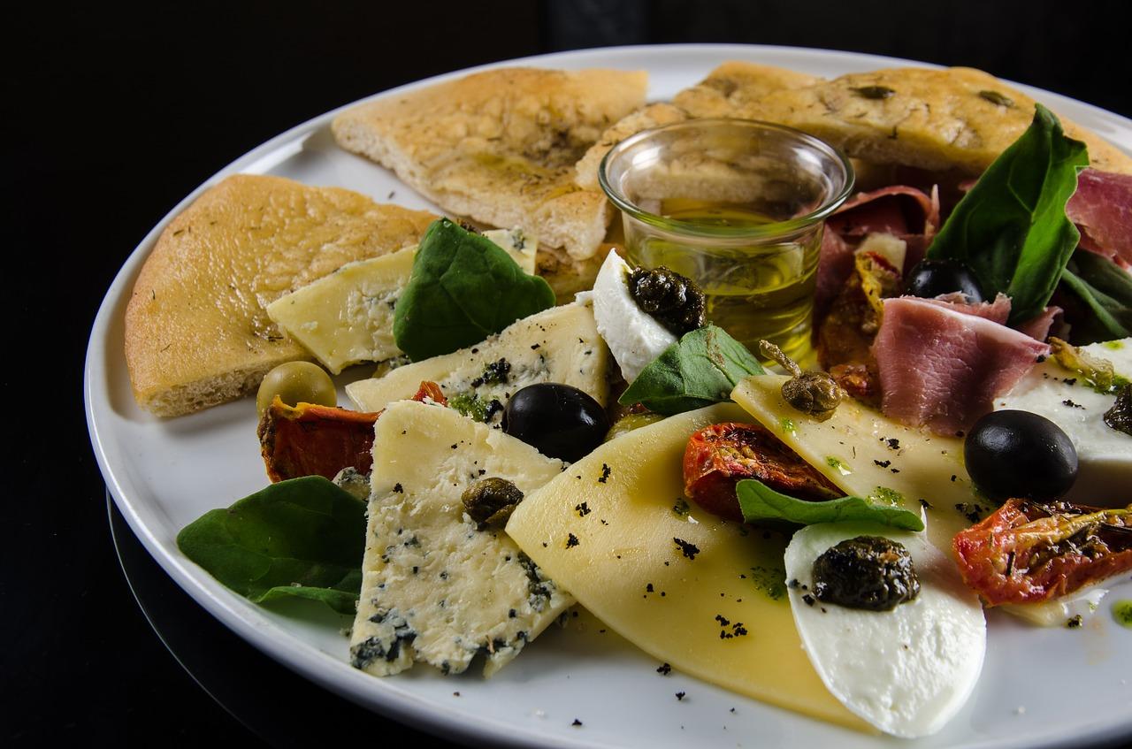 Tortilla wrap na omlecie z pieczarkami i oliwkami.