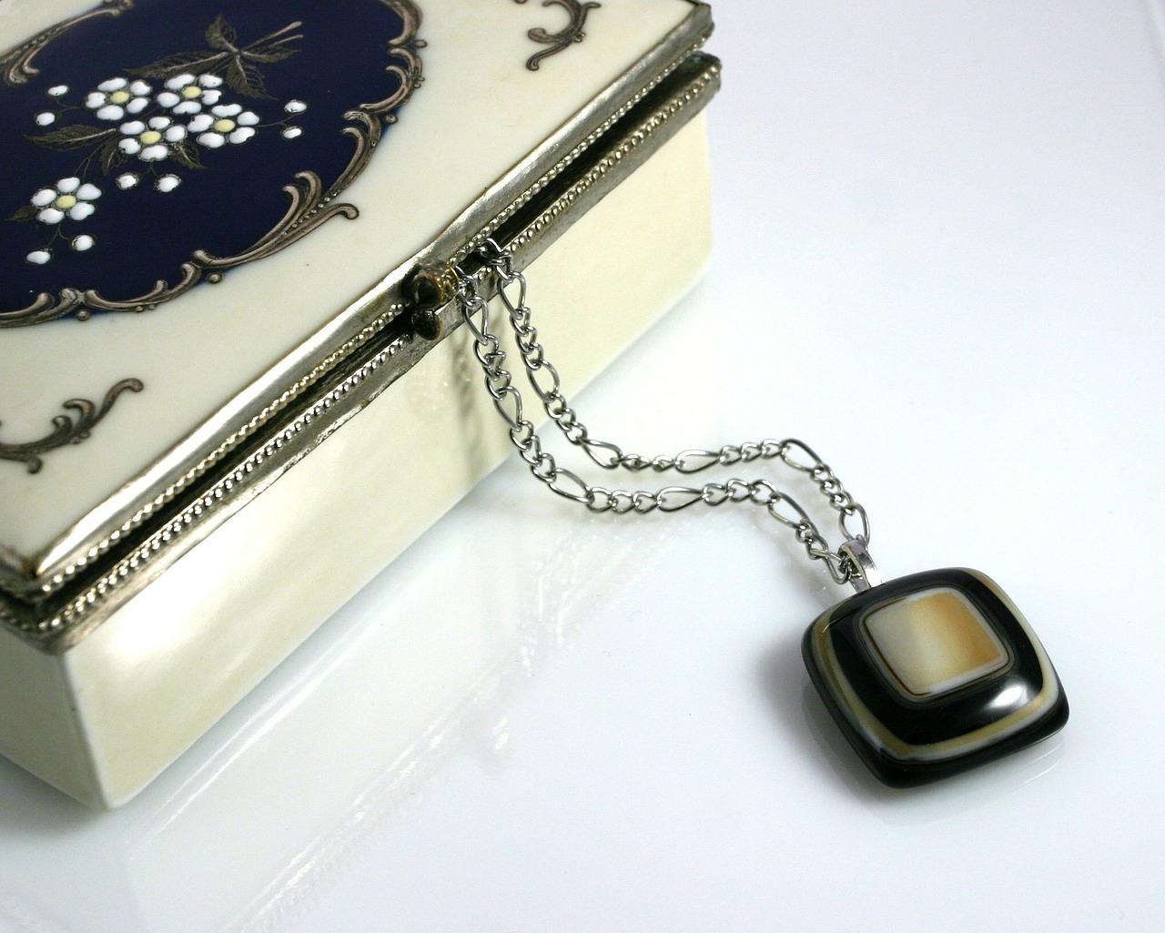 Kuferki i szkatułki a bezpieczne i wygodne przechowywanie biżuterii