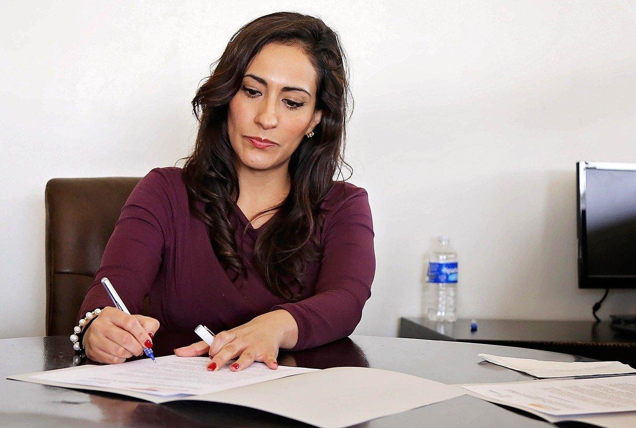 Jak ubierać się do pracy, żeby wyglądać profesjonalnie? Dress code dla kobiet.